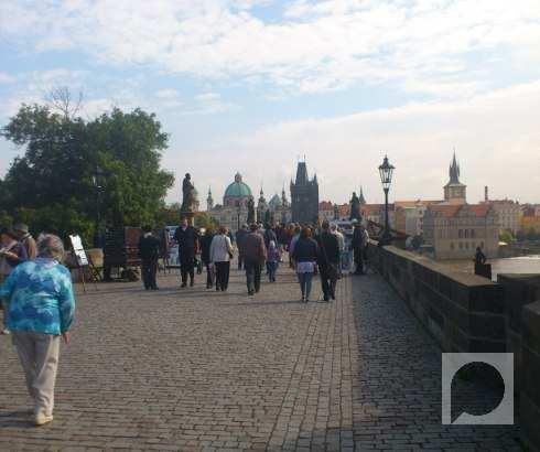 Prelazak preko Karlovog mosta u Pragu