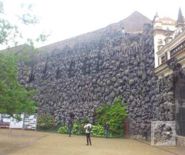 Zid od veštačkih stalaktita u vrtu Valenštajn u Pragu