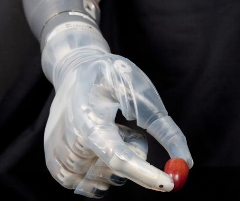 Prostetička ruka koja hvata i grožđice