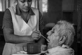Hranjenje stare osobe