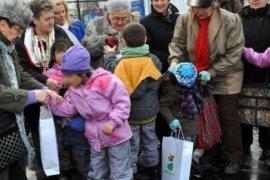 Deca iz Zvečanske sa bakama na Adi Ciganliji