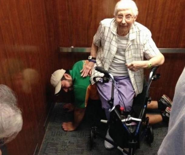 Mladić glumio klupu za staricu u zaglavljenom liftu