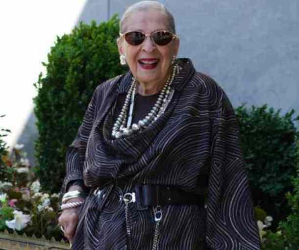 Rouz (99), dama sa stilom
