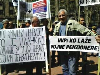 Vojni penzioneri sa transparentima