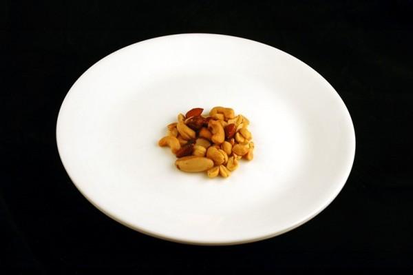 mešavina kikiriki, badem, orasi - 33 grama = 200 kalorija
