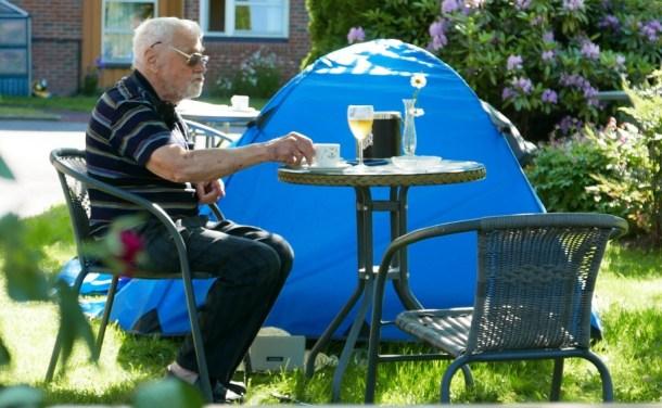 86-godišnjak kampuje u dvorištu doma za stare