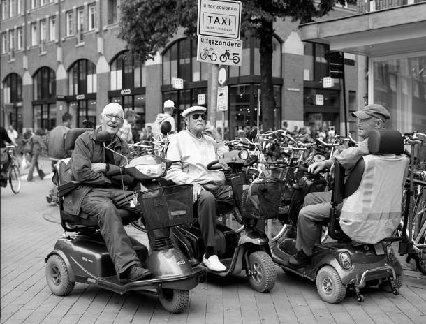 Kolone starijih ljudi na trotočkašima krstare Holandijom