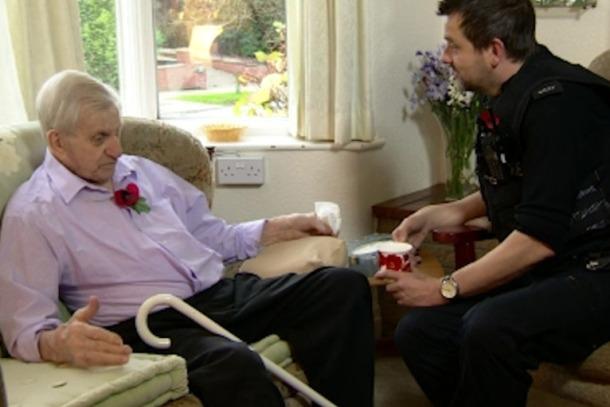 Britanski policajci odgovorili na poziv zbog usamljenosti starijeg para