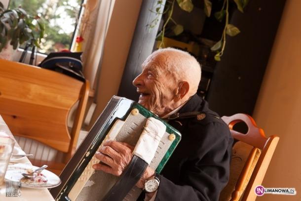 Ščepan Kocenba, svira harmoniku i ostavlja cigarete – u svojoj 108. godini! (video)
