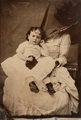 Sakrivena majka fotografija deteta XIX vek 2