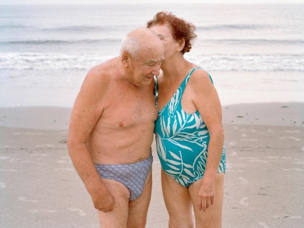 baka i deka na plaži šaputanje kupaći kostim tajna