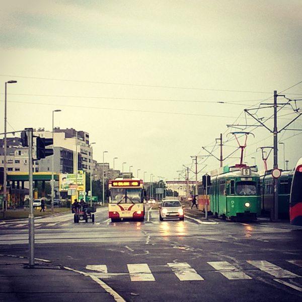 Slika: Kažu da u SFRJ nije bilo ovakvih razlika među ljudima no da smo se svi vozili istim prevozom. Samo ne kažu kojim od ovih.