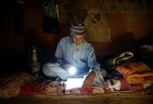 Nepal deka učenje baterijska lampa čatrlja bela brada