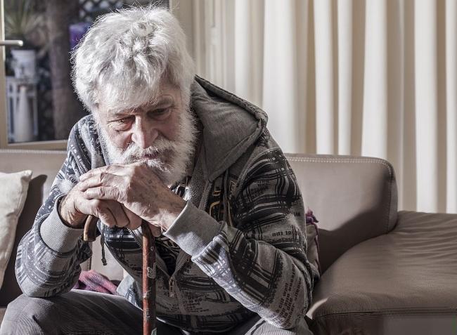 5 pokazatelja da je starijoj osobi potrebna pomoć u baratanju sa novcem