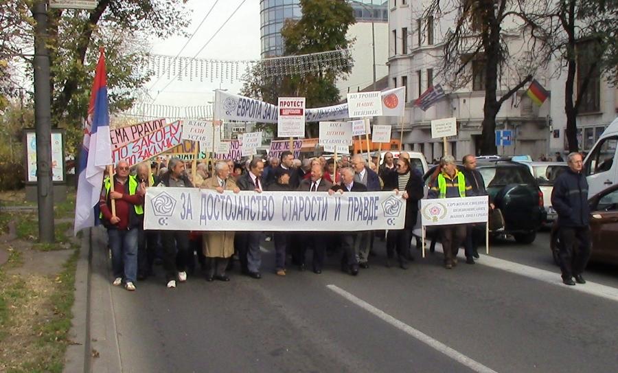 Protest penzionera 1. novembra 2016. godine u Beogradu u organizaciji USPS i USPVLS - čelo kolone od Ustavnog suda ka vladi Srbije u ulici Kneza Miloša